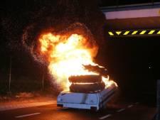 Vouwwagen met tractorbanden in brand in Waardenburg