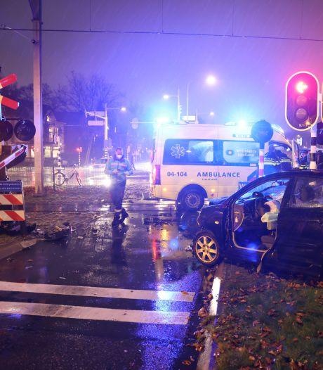 Wilde achtervolging in Zwolle: man in gestolen auto crasht bij spoorwegovergang