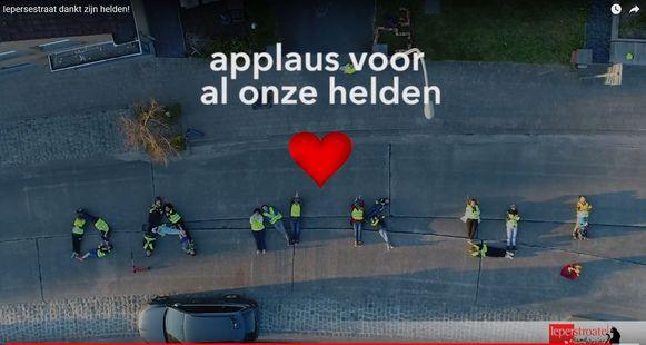 Deze inwoners van de Iepersestraat vormden dinsdag de boodschap 'Dank u!' op straat. Mooi!