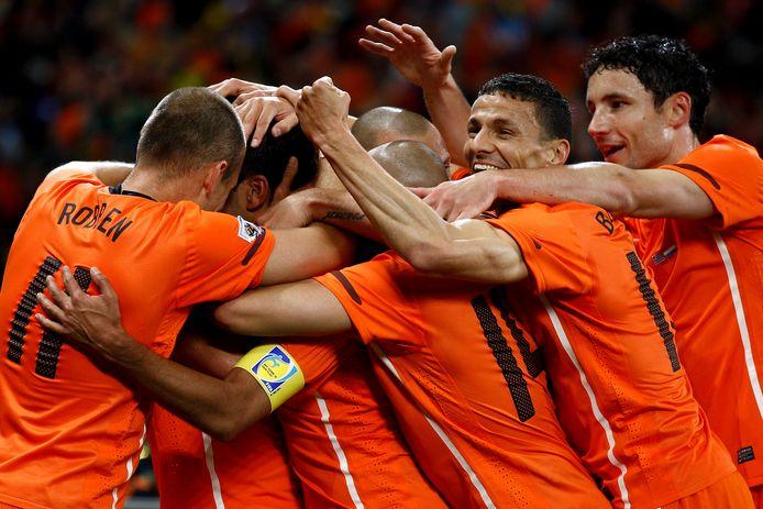 Boulahrouz (tweede van rechts) viert een doelpunt van Oranje.