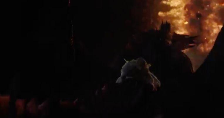 Daenerys doet een reddingspoging met drakenvuur.
