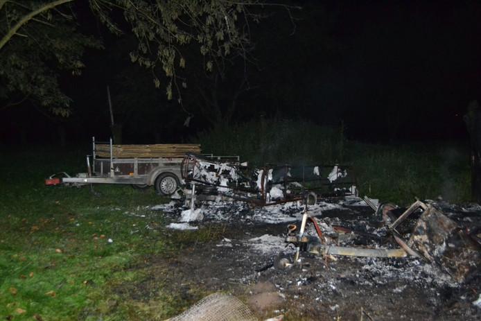 Grote schade aan de uitgebrande voertuigen