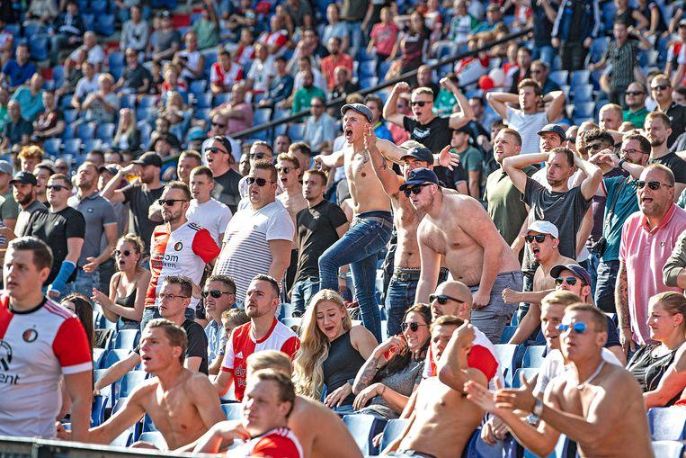 Niet schreeuwen en afstand houden is ver te zoeken bij de Feyenoord-supporters.  Beeld Guus Dubbelman / de Volkskrant