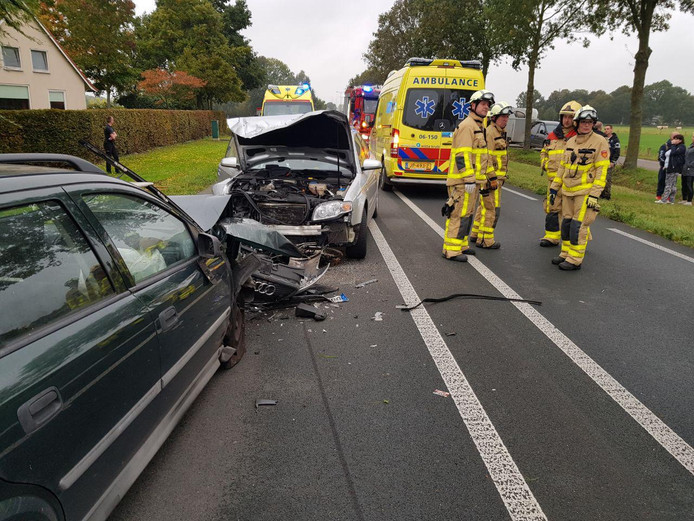 Twee auto's reden frontaal op elkaar nadat een van de twee op de verkeerde weghelft terechtkwam.