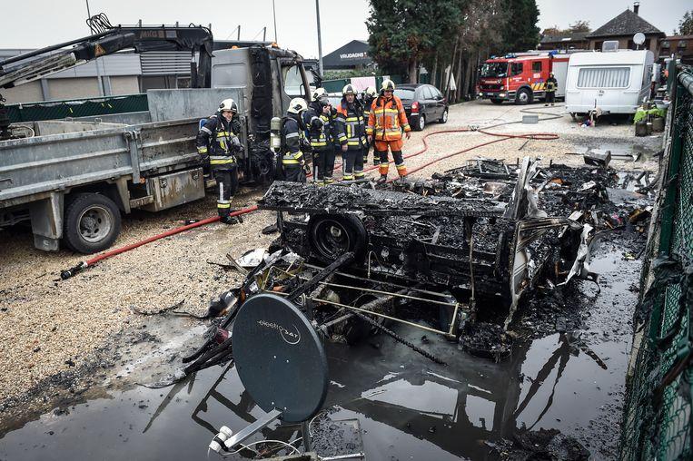 De caravan van de Roma-familie brandde volledig uit door de brandstichting.