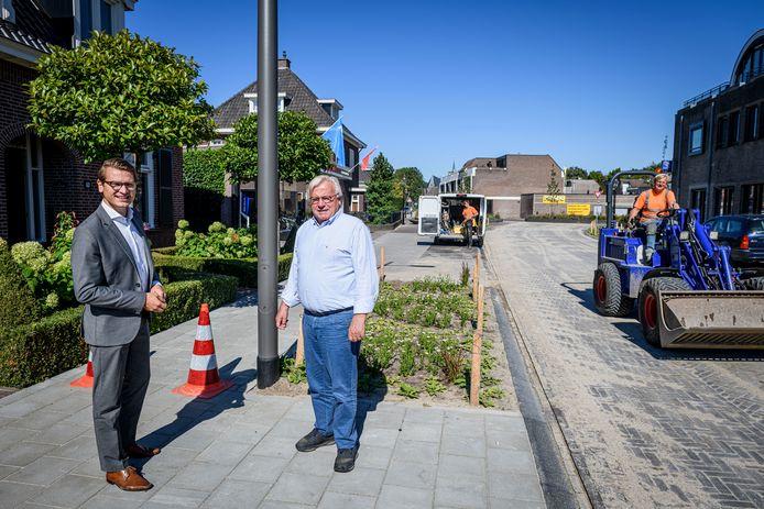Harry Bloemen (r) en Jaimi van Essen voor de woning van Bloemen op de plek waar de stoep er uit moet om de gasleidingen weg te halen.
