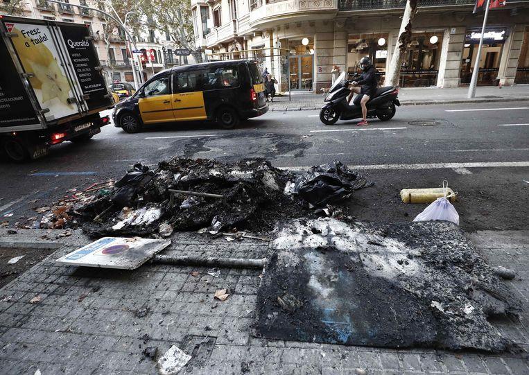 Op sommige plekken zijn nog sporen van de rellen van gisterenavond te zien.