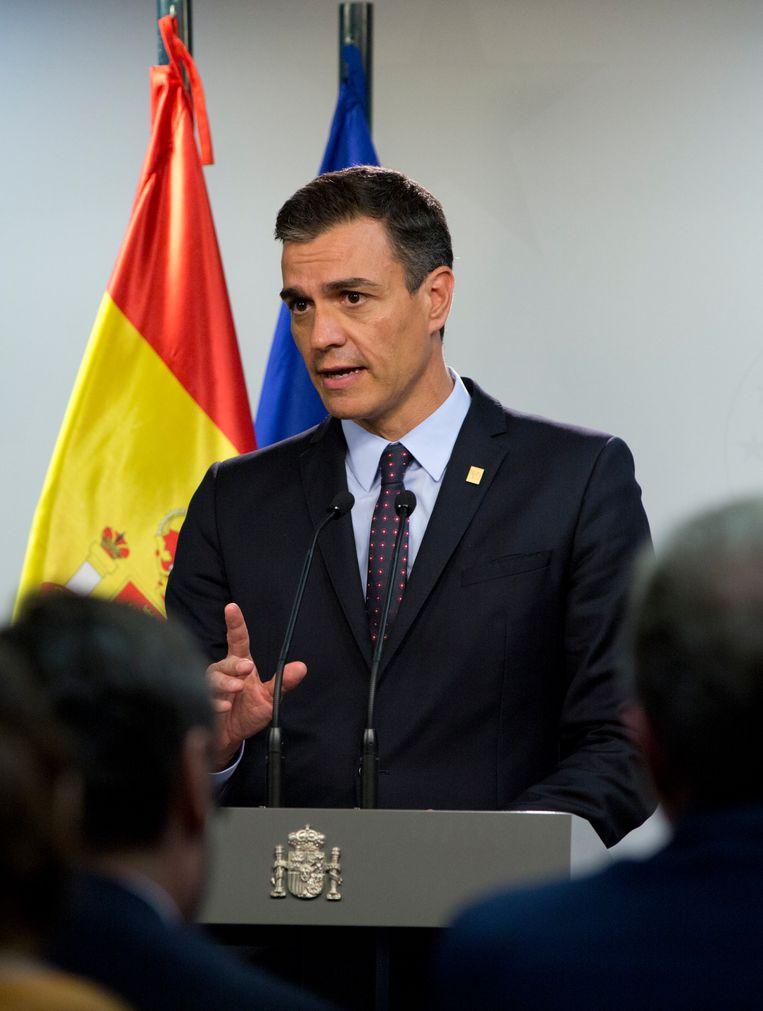 Winnaar dinsdagavond tijdens een persconferentie: de Spaanse nieuwkomer, premier Pedro Sánchez. Beeld AP
