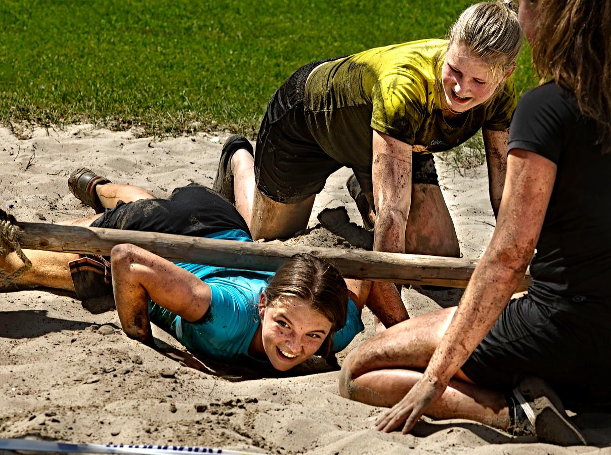 Tieners Janne Biemans (18), Jilke Vermeulen (16) en Lis van den Boogaard (18) testen de hindernissenloop uit.
