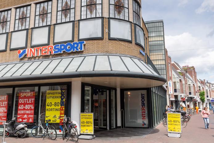 Intersport stopt met de winkel bij kruispunt De Graaff, en iets verderop in Korte Hengelosestraat sluit ook Halfords.