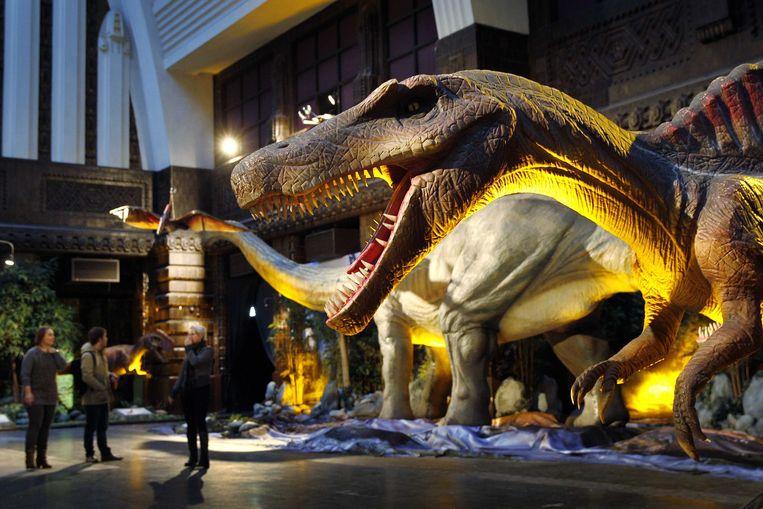 Een dinosaurus in het voormalige postkantoor aan de Coolsingel. De expositie Living Dinosaurs geeft een indruk van de aarde en haar bewoners van miljoenen jaren geleden.