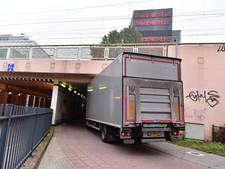 Vrachtwagen klem in fietstunnel bij Boschdijk