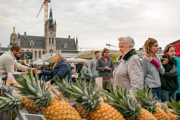 """De wekelijkse markt op de Grote Markt. Bij een verplaatste markt op het Hendrik Heymanplein zien marktkramers minder volk. """"En daar gaan we iets aan doen"""", klinkt het bij de stad."""