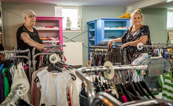 Ook Gemert heeft een kledingbank. Op de foto Maria van Bussel (li) en Hilly van Rixtel. In Roosendaal komt ie nog niet van de grond.