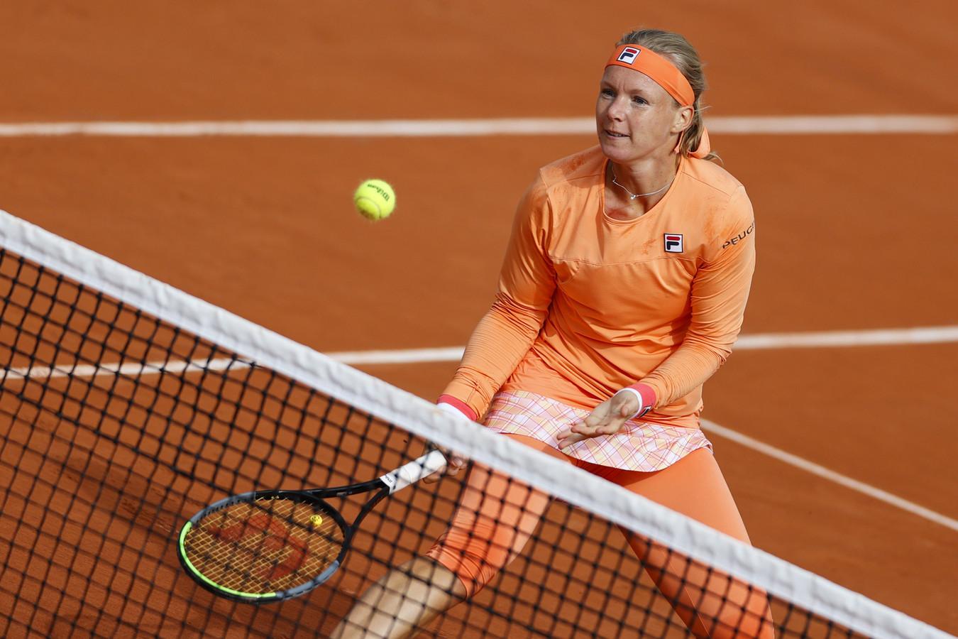 Kiki Bertens haalt met een verbeten gezicht nog net een bal aan het net. De vraag is: is ze voldoende hersteld om er morgen tegen Katerina Siniakova weer te staan?