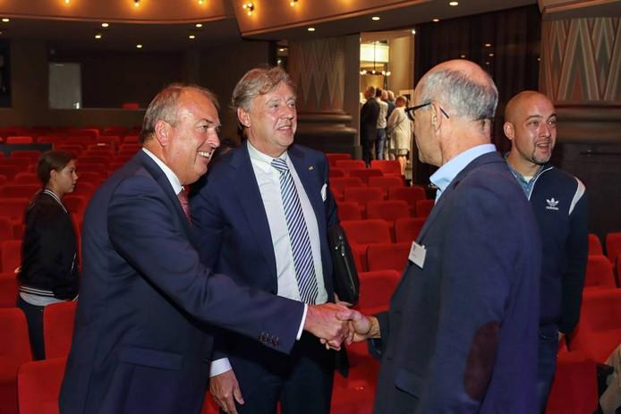 Peter van der Velden (links) en Ed Nijpels (naast hem) schudden handen met oud-leerling Peter Cools. foto Chris van Klinken/pix4profs