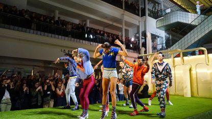 """""""Een futuristische droomfabriek"""": Stromae showt nieuwe collectie op de catwalk in Parijs"""