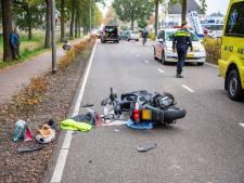 Brommer botst achterop auto in Nieuwleusen, één gewonde naar ziekenhuis