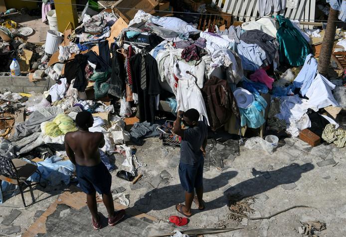 Sommigen proberen spullen te verzamelen die de orkaan doorstaan hebben.