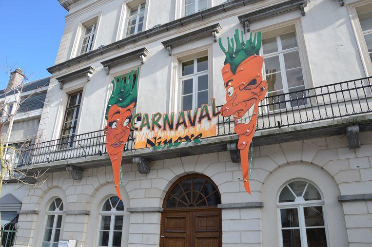 Het carnavalsbord hangt op aan het oud stadhuis van Ninove.