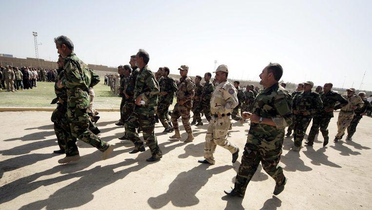Vrijwilligers die zich aanmelden voor het Iraakse leger. Beeld epa