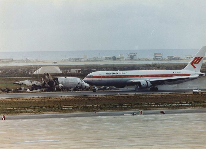 Een Boeing 767 van Martinair passeert na de landing op Faro het wrak van de verongelukte DC-10