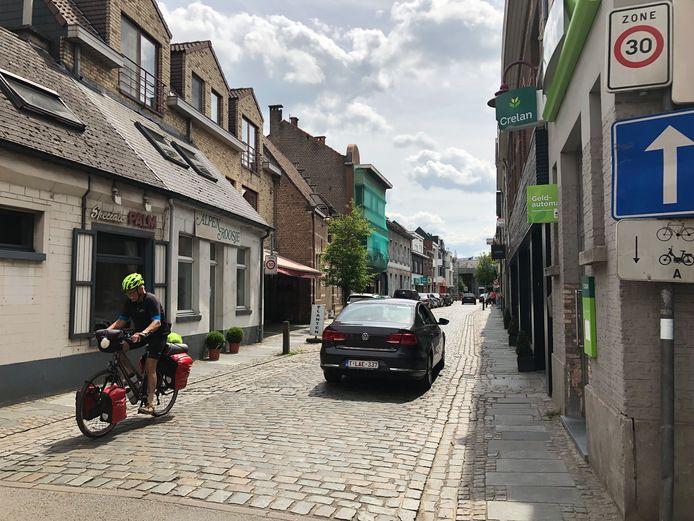 De Dorpsstraat met zijn lastige kasseien wordt vanaf 1 juli een fietsstraat.