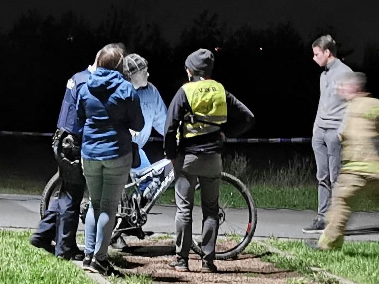 De politie en enkele mensen van de organisatie bij de fiets van het slachtoffer.