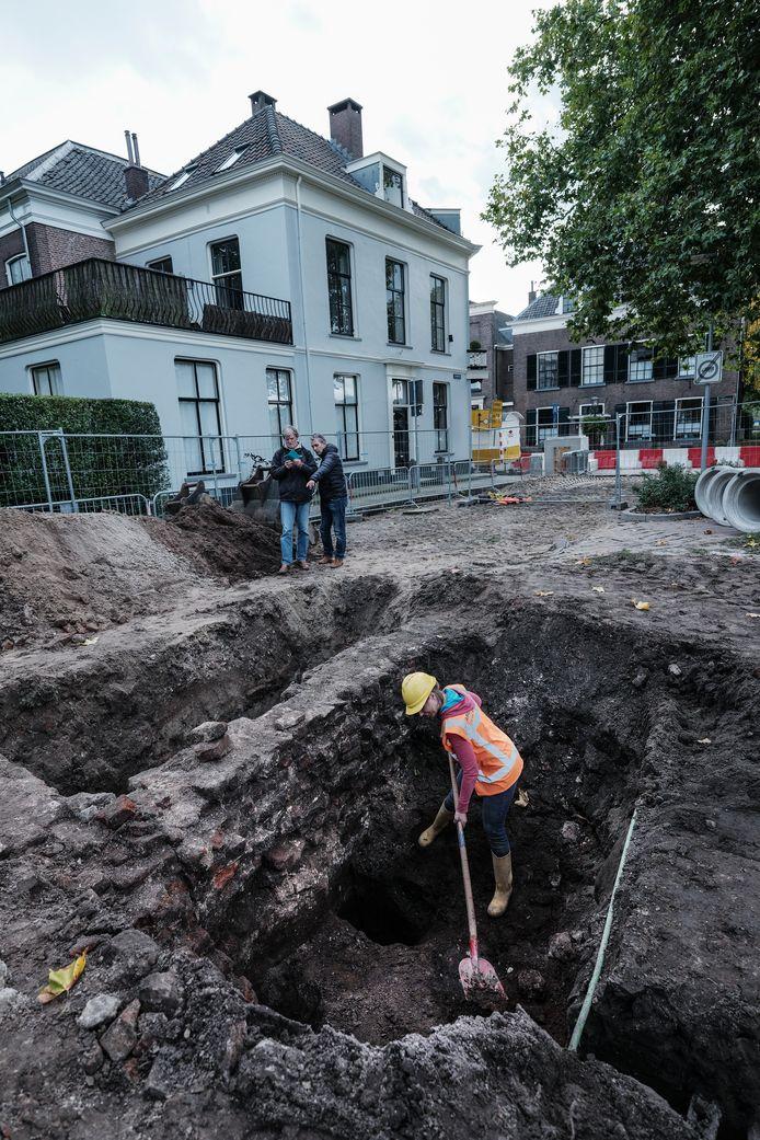 Op zoek naar bodemvondsten in de Lindewal in Doesburg. Nieuwsgierige buurtbewoners kijken toe.