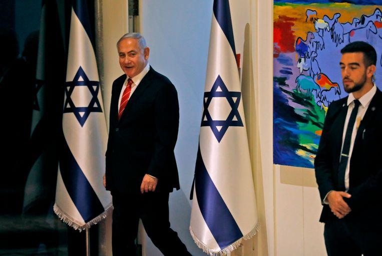 Premier Netanyahu (links) vlak voor een persconferentie in Jeruzalem vandaag. Beeld AFP