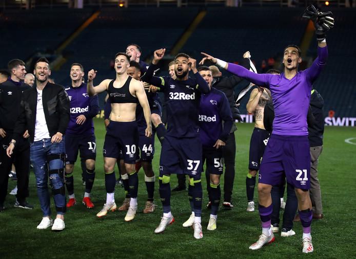 Kelle Roos (geheel rechts) viert feest met Derby County, na de zege op Leeds United.