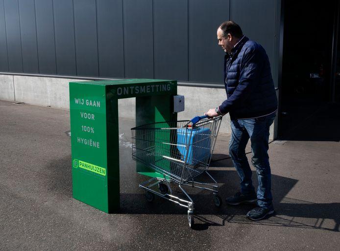 *Mike Panhuijzen* heeft een ontsmettingsapparaat voor winkelwagentjes ontwikkeld