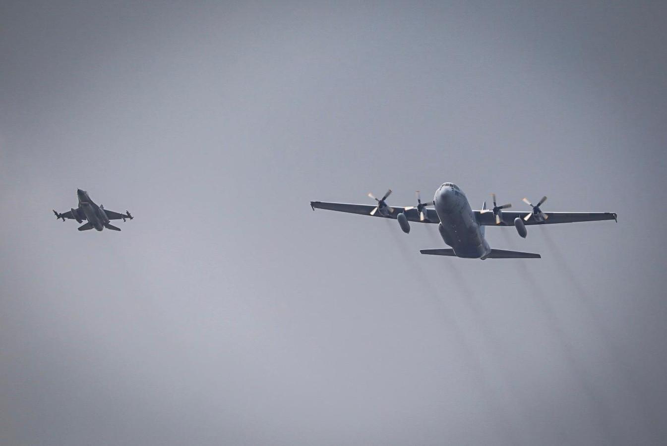 Vliegtuigen vliegen boven de Hoeksche Waard voor televisieopnames.