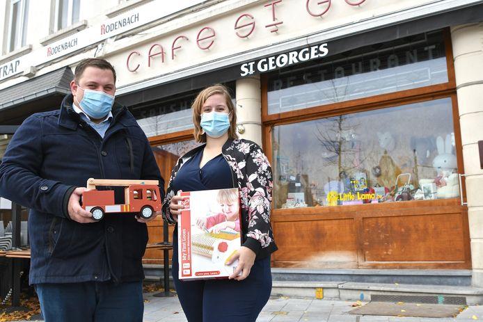 Jens Brysse van café St. Georges en z'n vriendin Bieke Vancoillie openden webshop Little Lama. In het café richtten ze een etalage in.