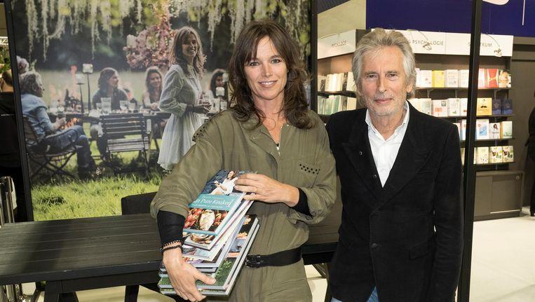 Pascale Naessens en haar echtgenoot Paul Jambers bij haar signeerplek.