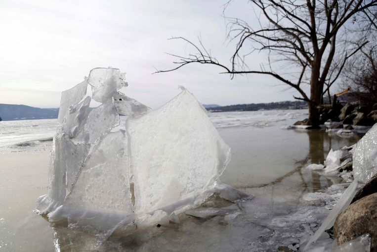 Een ijskunstwerk op de Hudson River, New York.