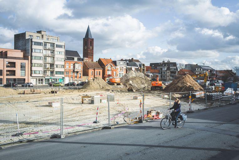 Het beweegt in Zelzate. Een lelijke asfaltvlakte in het hart van de gemeente, waar bussen vertrekken en stoppen, wordt eindelijk heraangelegd.
