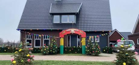 Geen carnaval maar wel een prins en een versierd huis bij de Veenmollen