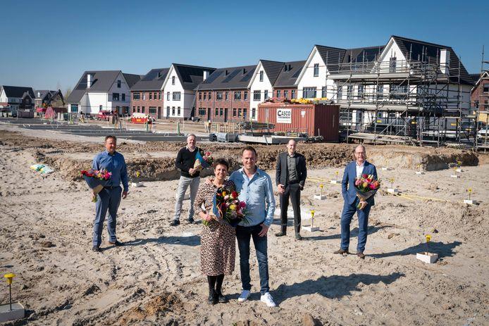 De laatste woningkopers in Loovelden, met achter hen vertegenwoordigers vanuit de makelaardij en de projectontwikkelaar; en wethouder Johan Sluiter.