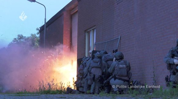 De Landelijke Eenheid gaf enkele foto's vrij van de inval in Wouwse Plantage, waarbij Nederlandse eliteagenten springstoffen gebruikten.