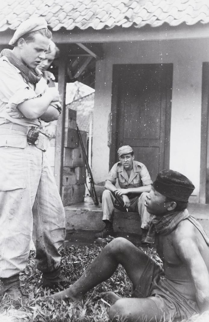 Een Nederlandse militair en een Javaanse man.