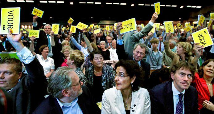 De tegen-stemmers Ad Koppejan (r) en Kathleen Ferrier (met bril) zien dat de meerderheid van de CDA-leden voor het deelnemen aan de regering met gedoogsteun van de PVV is tijdens het CDA-congres van 2010.