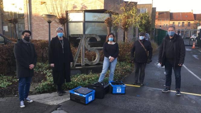 PVDA schenkt 22 laptops aan kansarme leerlingen van VTS