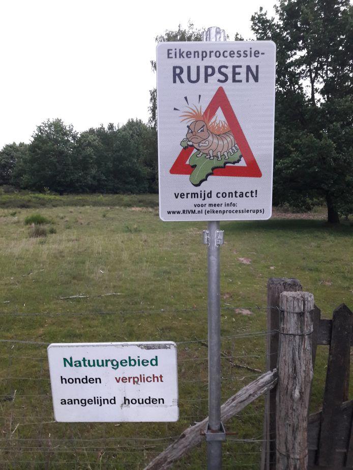 Bordjes waarschuwen tegen de eikenprocessierups bij natuurgebied de Galgenhei in Groesbeek.