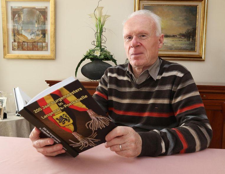 Georges Vandromme met zijn boek '200 jaar burgemeesters in Langemark-Poelkapelle'.