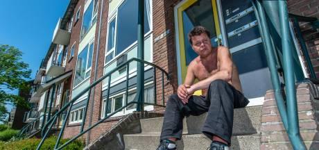 Bert (58) vangt gewonde buurman op na steekpartij in Apeldoorn: 'Hij vroeg of ik een paar handdoeken had'