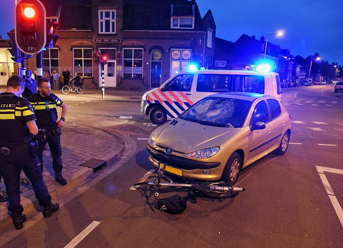 Ook de auto en fiets liepen schade op bij de botsing.