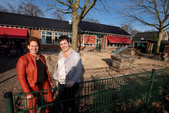 Els van Holst en Evelien Krabbe op het schoolplein dat verbouwd wordt.