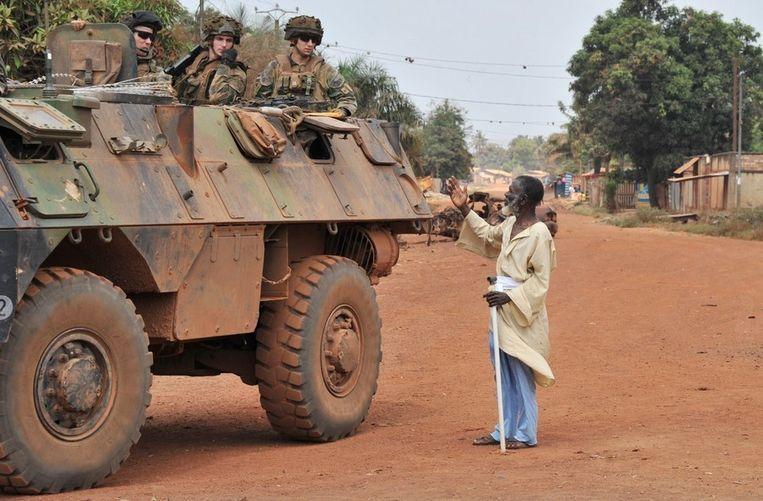 Een inwoner van Bangui benadert een Franse militaire patrouille.