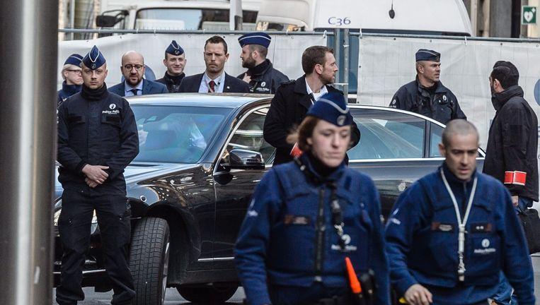 Onder zware bewaking bezoekt de Belgische premier Charles Michel dinsdagmiddag het getroffen metrostation Maalbeek. Beeld epa